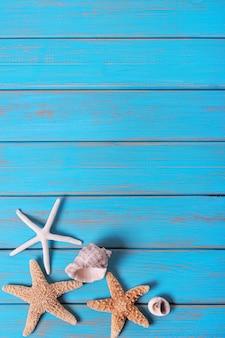 Blaue alte hölzerne vertikale der sommerstrandnahthintergrundsterne