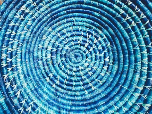 Blaue aus weiden geflochtene runde tellernahaufnahme