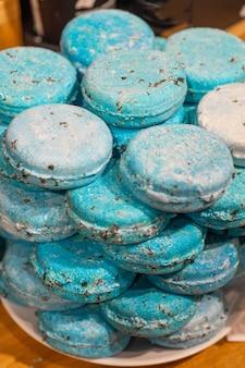 Blaue badebomben in form von makronen