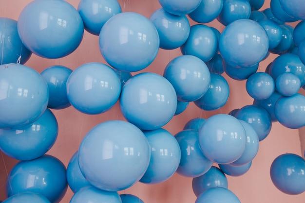 Blaue bälle. hochzeits- oder geburtstagsdekoration.