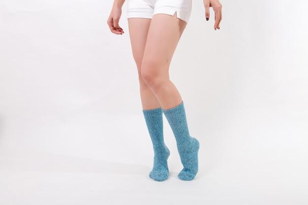 Blaue baumwollsocken an den füßen der schönen frau.