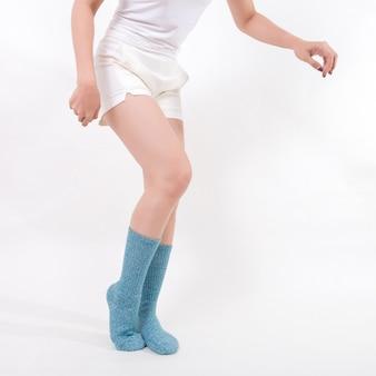 Blaue baumwollsocken an den füßen der schönen frau