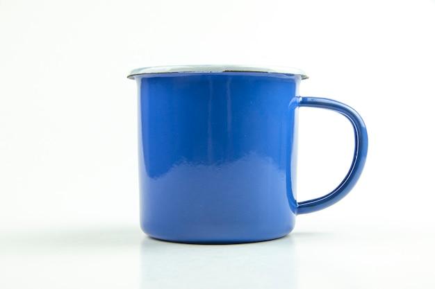 Blaue blechbecher.