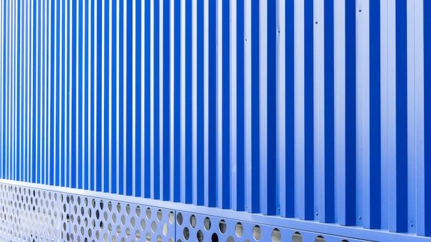 Blaue blechtafel des industriegebäudes und des baus