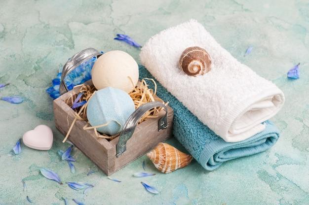 Blaue blumen und badebomben