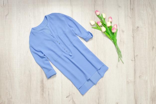 Blaue bluse, strauß tulpen. modisch