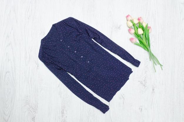Blaue bluse und strauß tulpen. modisches konzept