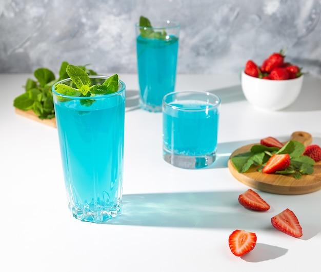 Blaue cocktails mit selektivem fokus der minze