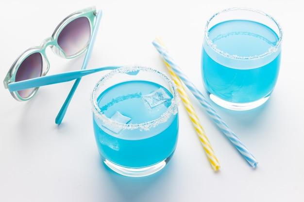 Blaue curaçao-cocktails im glas auf weißem hintergrund