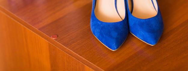 Blaue damenschuhe aus wildleder. klassische damenschuhe