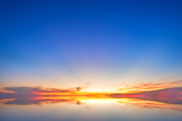 Blaue drastische sonnenunterganghimmelbeschaffenheit