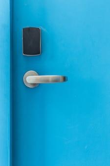 Blaue eingangstür mit elektronischem keycard-lock-system