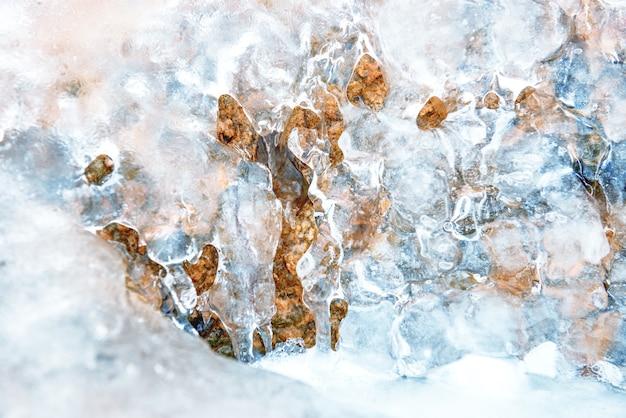 Blaue eisbeschaffenheit auf einem felsen. abstrakter winterhintergrund