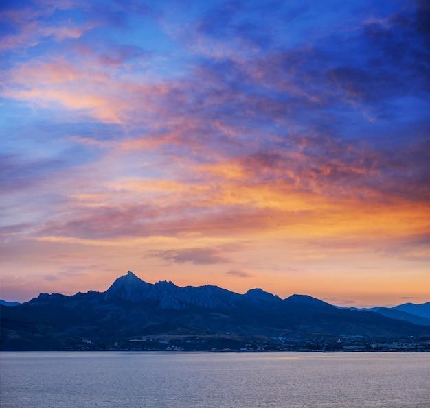 Blaue farbe der berge während des sonnenuntergangs
