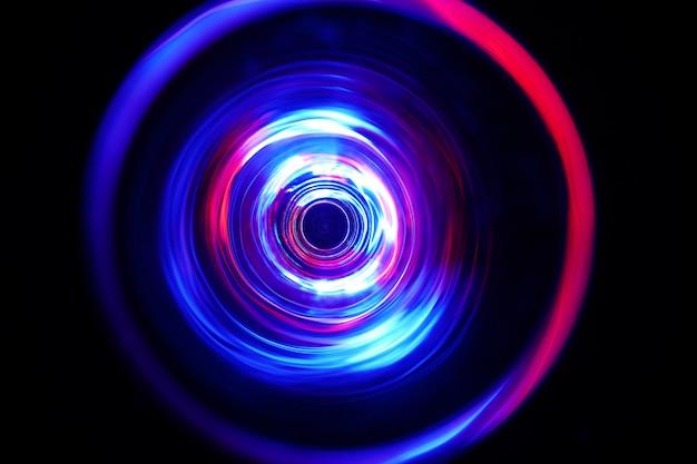 Blaue farbe licht bewegt sich bei langzeitbelichtung im dunkeln.