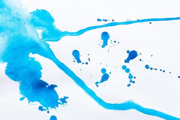 Blaue farbe spritzt
