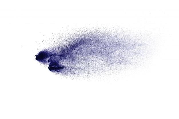 Blaue farbstaubpartikel spritzen auf weißem hintergrund.