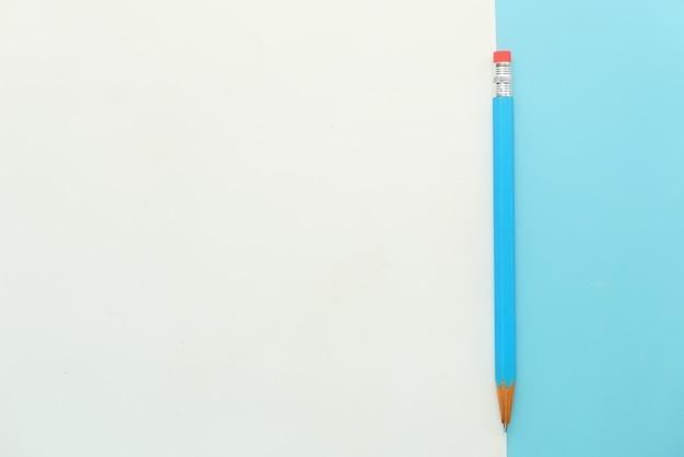 Blaue farbstifte auf farbigem hintergrund mit kopierraum