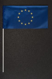 Blaue flagge der europäischen union auf grauem hintergrund