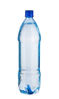 Blaue flasche mit wasser und tropfen isoliert