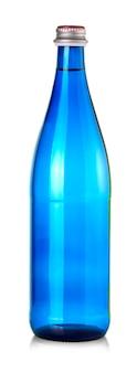 Blaue flasche wassermineral isoliert auf weißem hintergrund.