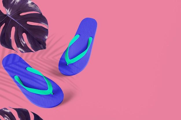 Blaue flip-flops mit indigo monstera