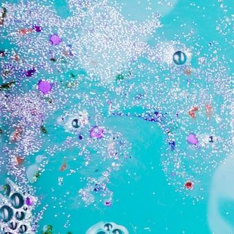 Blaue flüssigkeit mit silberkrümeln