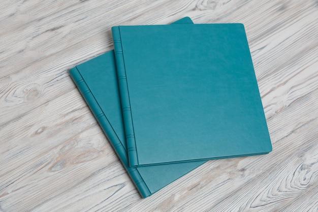 Blaue fotobücher auf einem holztisch