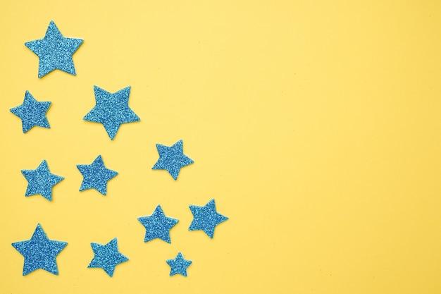 Blaue funkelnsterne mit exemplarplatz auf einem hellen gelb, bewertung fünf sterne