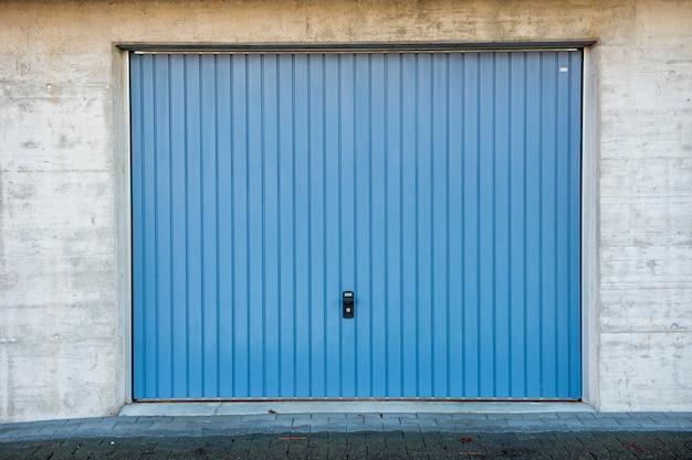Blaue garagentür