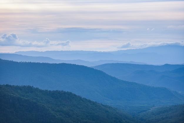 Blaue gebirgslandschaftsansicht