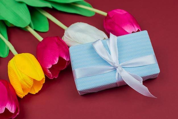 Blaue geschenkbox mit schleife für eine feiertagshochzeit valentinstag 8. märz muttertag