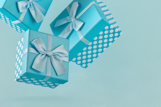 Blaue geschenkboxen mit bändern
