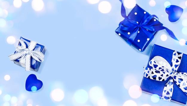 Blaue geschenkkästen getrennt auf blau. valentinstag, ansicht von oben, exemplar