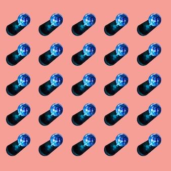 Blaue gläser flüssigkeit mit schatten auf farbigem hintergrund