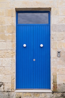 Blaue haustür am eingang des alten authentischen hauses