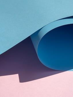 Blaue hohe ansicht verbogene papierschnittart