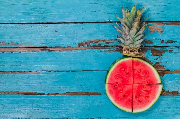 Blaue holzoberfläche mit wassermelonen portionen