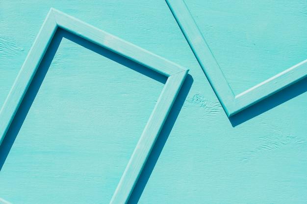 Blaue holzrahmen auf einem blau mit platz für text