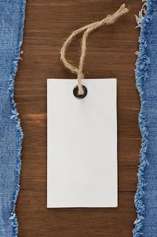 Blaue jeans und preisschild auf holzbeschaffenheitshintergrund