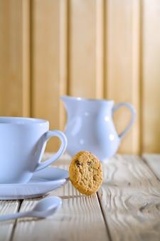 Blaue kaffeetasse und krug auf weißem tisch