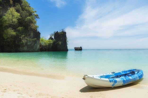 Blaue kajaks am tropischen strand in phuket, thailand. sommer-, ferien- und reisekonzept.