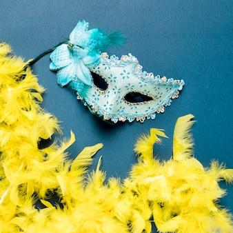 Blaue karnevalsmaske auf blauer hintergrundnahaufnahme