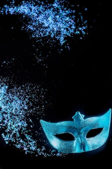 Blaue karnevalsmaske für maskerade. jüdischer feiertag purim.