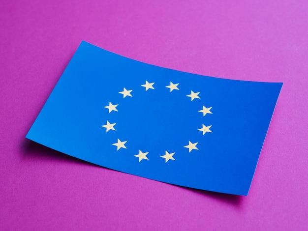 Blaue karte mit europäischer flagge auf purpurrotem hintergrund