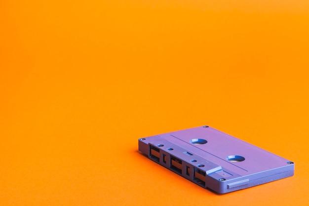 Blaue kassette auf orange hintergrund