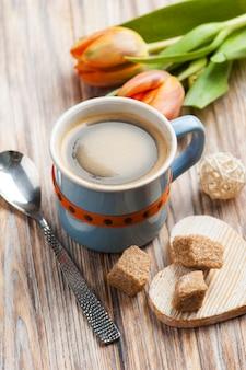 Blaue keramische schale schwarzer heißer kaffee mit braunem zucker