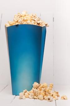 Blaue kiste voll süßes und leckeres popcorn