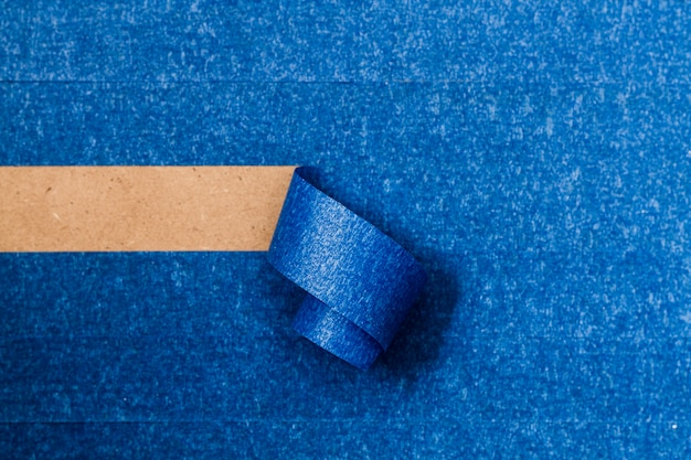 Blaue klebende tapete mit horizontaler aufrolllinie