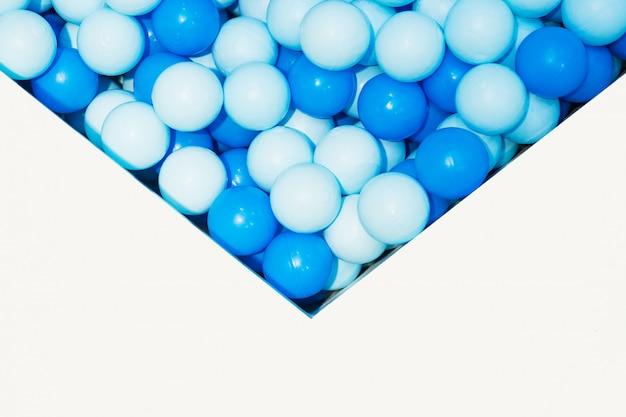 Blaue kleine plastikbälle im kinderpool